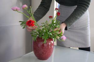 Mira Brouwer Relatiepraktijk Relatietherapie Nijmegen met bloemen, tarief?