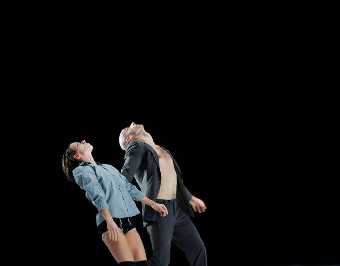 dansers kijken omhoog. Relatieproblemen